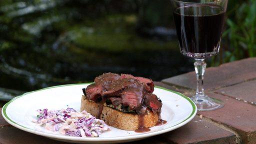 Recept: Varm rensmörgås med rödkålssallad